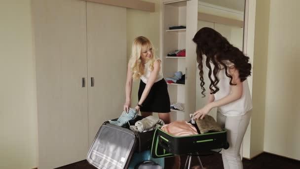 přítelkyně složené oblečení v kufru