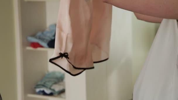Dívka dá prádlo v kufru