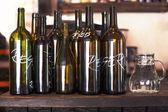 Prázdné lahve pro červené a bílé víno