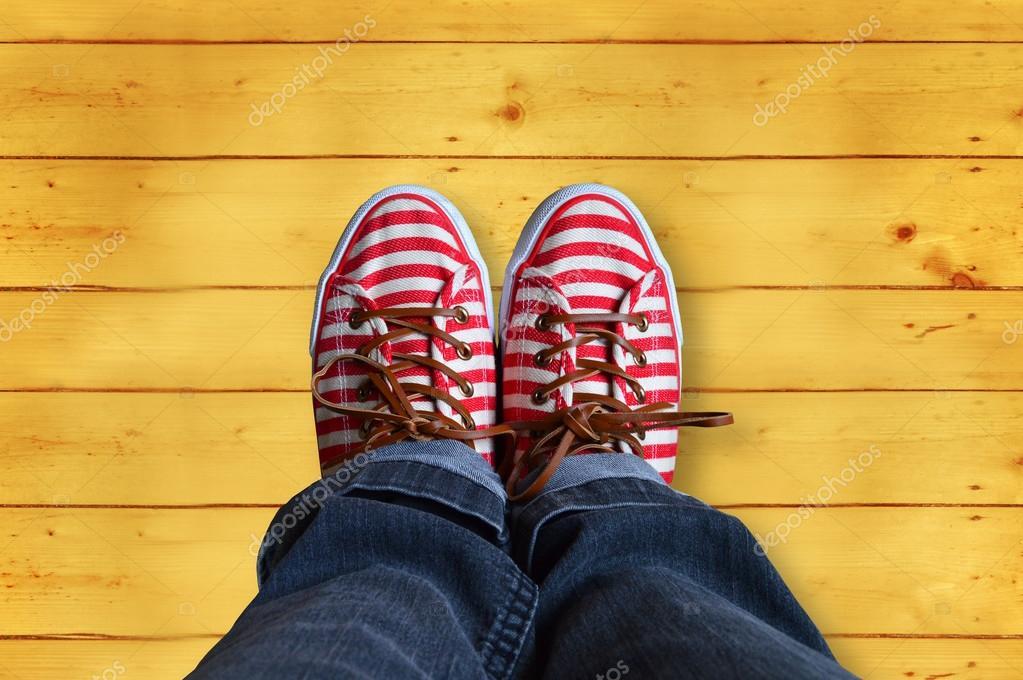 赤と白のストライプの靴と木製の背景 \u2014 ストック写真