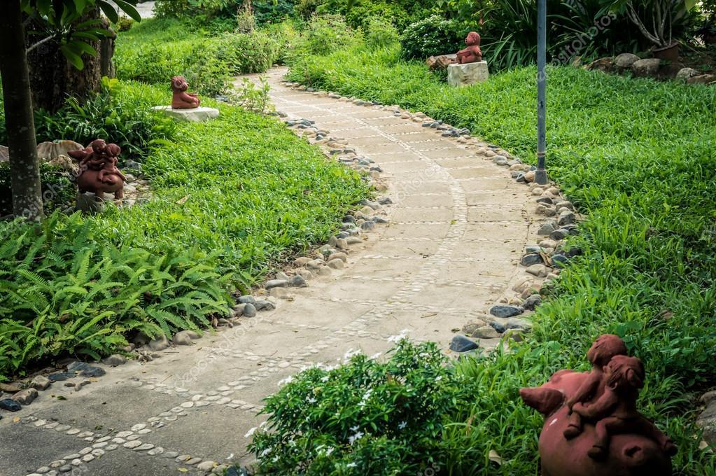 il disegno della roccia sentiero fiorito in giardino foto stock addpost53 80221202. Black Bedroom Furniture Sets. Home Design Ideas