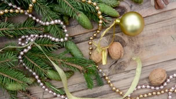 Novoroční zátiší s větvemi vánočních stromků a dekoracemi na dřevěném stole