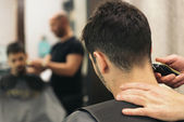 Friseur, Herren-Haarschnitt mit einem attraktiven Mann machen