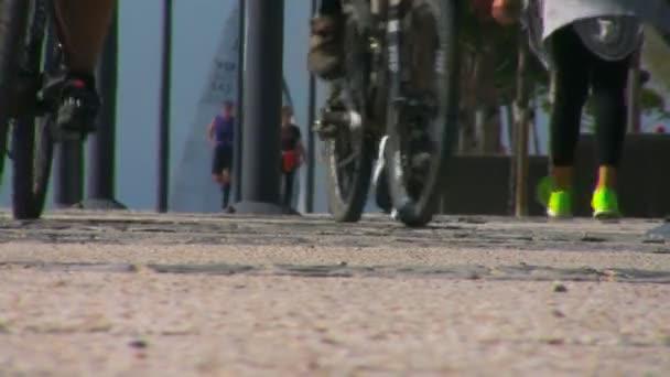 Kola, kolemjdoucí lidé cvičení, procházky, jogging, běh slunečný den