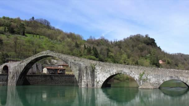 Časová prodleva Ponte della Maddalena nebo Ponte del Diavolo - Ďáblův most v Borgo a Mozzano, Toskánsko, Itálie