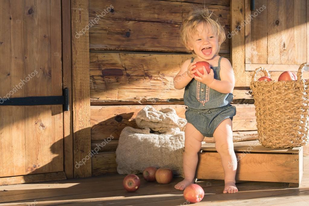 행복 한 여자 아기 나무 시골 헛간 근처에 앉아 — 스톡 사진 ...