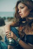Fotografie Stammes-Stil Mädchen auf den Felsen, Steinen