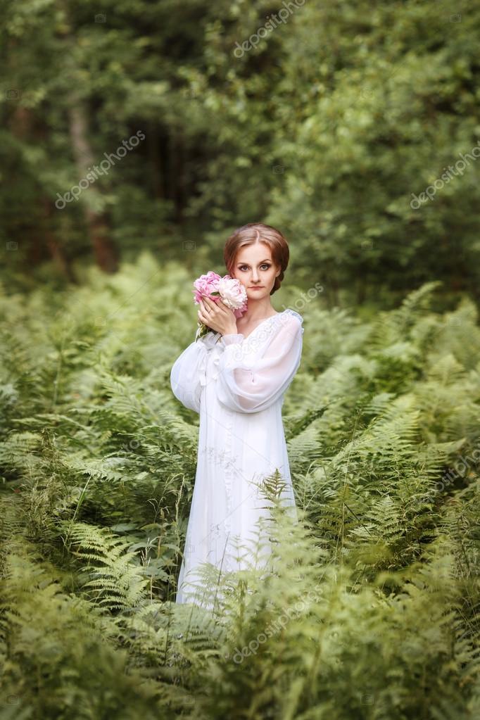 Девушка в белом платье длинном