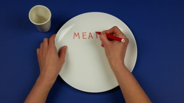 Osoba, která píše jména jídla na talíř a místo toho je jí skutečné jídlo. Koncepce přídělů potravin, denní stravy nebo nedostatku potravin a hladu