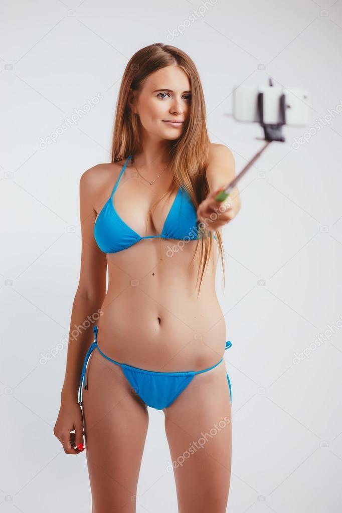 023e56a7a Chica rubia en traje de baño hace teléfono cuadro del uno mismo con la  ayuda de un monopié - mujeres hermosas en bikini del mundo — Foto de ...