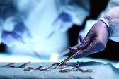 Fotografie Krankenschwester Hand chirurgische Instrument nehmen