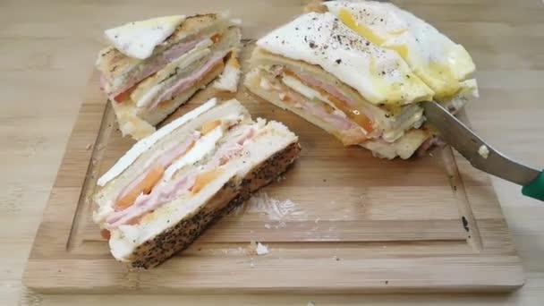 a sonkás, sajtos és tojásos szendvics készítésének folyamata