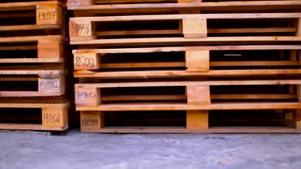 Felmérés alulról a tetejére raklapokra rakott fa paletták
