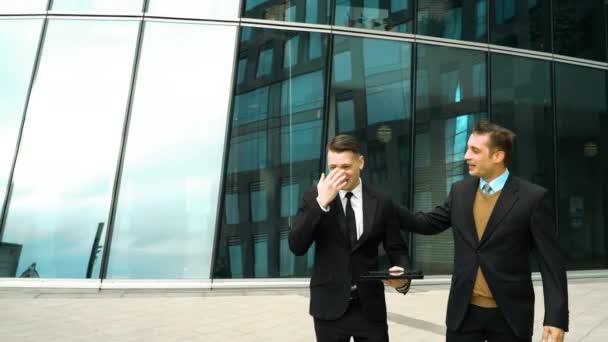 Zwei Geschäftsleute haben Pause