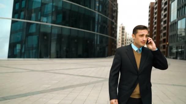 Üzletember smartphone teljesítette a barátja