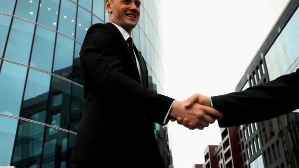 Obchodní partneři potřásají rukama