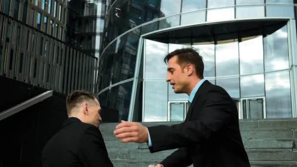 Geschäftsleute klopfen sich auf die Schulter und reden