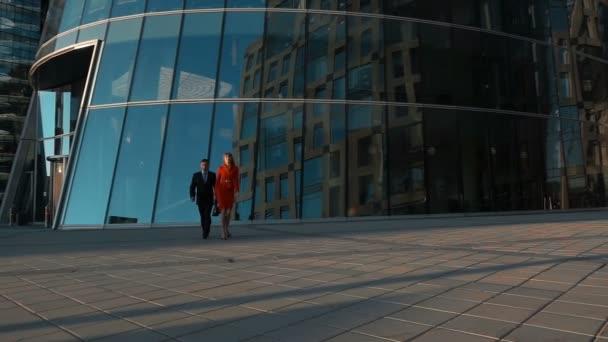 Paar Geschäftsleute gehen in der Nähe des Geschäftszentrums spazieren