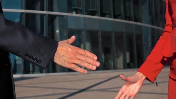 obchodní muž a žena třesoucí se ruce