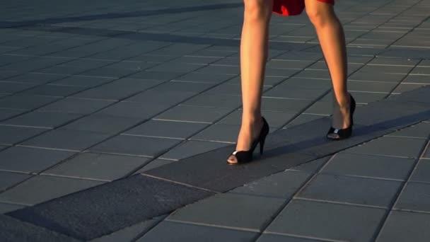 Sexy moderátorka chůzi