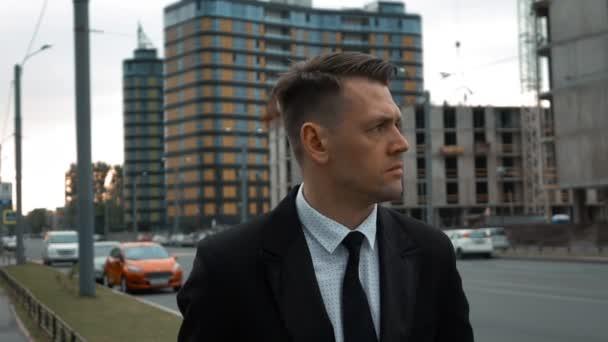 Podnikatel v obleku, kousek od nově postavené budovy