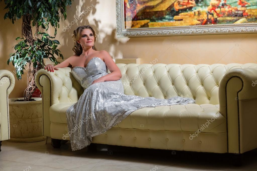 Divano In Pelle Invecchiata.Elegante Donna Invecchiata Che Si Siede Su Un Divano In Pelle Foto