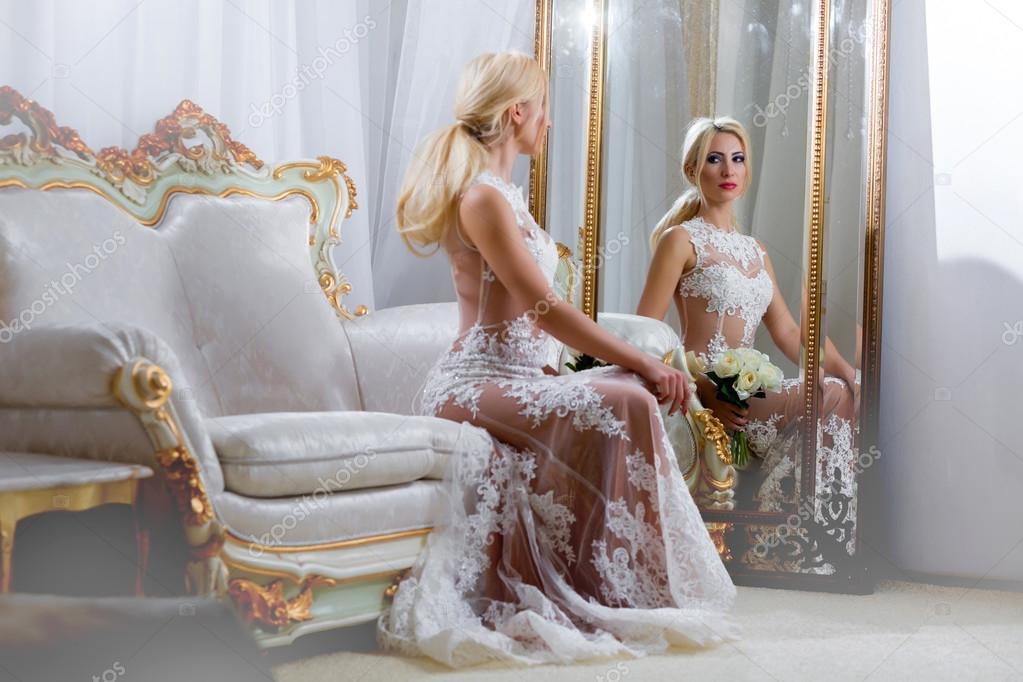 Девушки у зеркала в платье