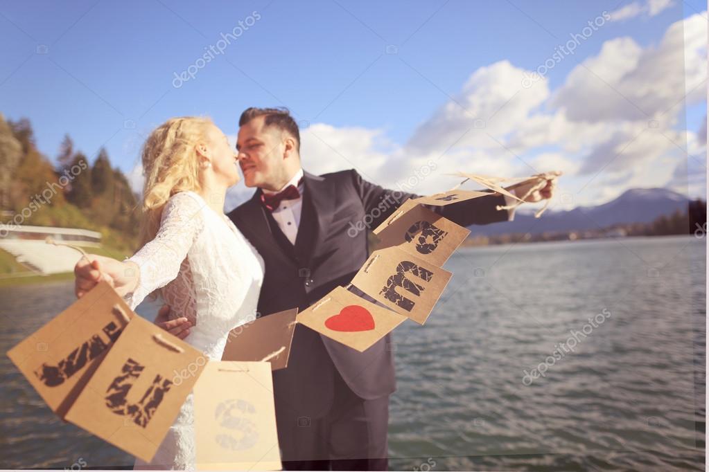 Noiva e noivo jogando com cartões de recém casados — Fotografia de Stock d25cf6986c8