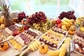 Fotografie Tisch voller Früchte und kleine Kuchen