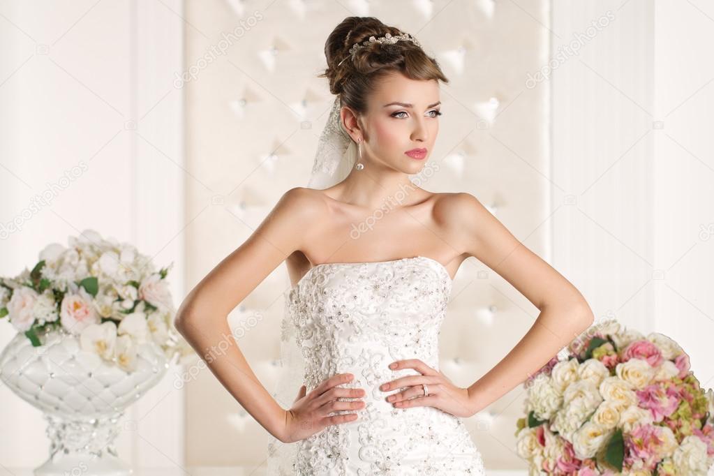 9de43954dec884 prachtige bruid een prachtig witte bruiloft jurk dragen — Stockfoto ...