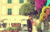 Fényképek vőlegény és menyasszony jelentő szabadtéri