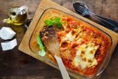 Fotografia Lasagne al forno su una teglia