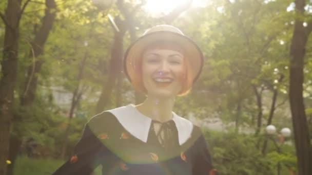 Krásná rusovláska mladá žena, tanec, víření, kyvné, usmívající se, flirtování. Atraktivní a veselá dívka pin-up ve stylu retro šaty a klobouk. Pozitivní emoce. Šťastné a veselé. Západ slunce