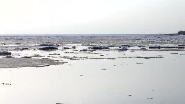 4 k gyorsított jégzajlás a riveren. Tavasszal a jég úszik a folyó