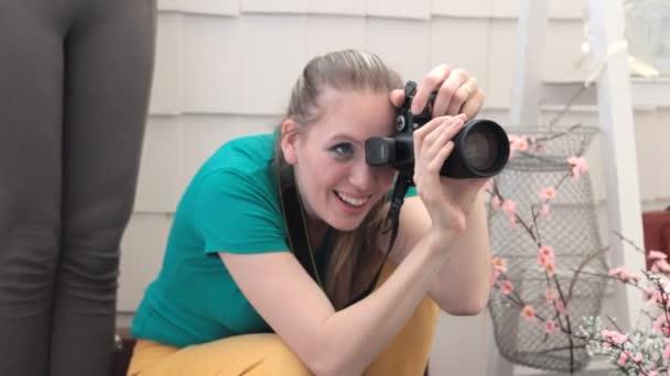 Usmívající se žena fotograf, focení
