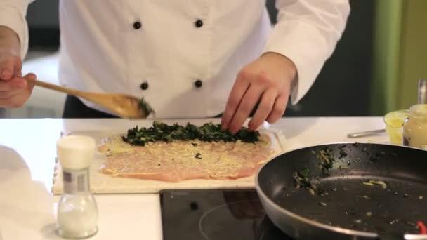 Szakács készíti csirke zöldségek
