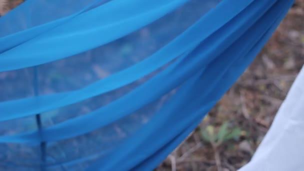 Modrá látka v lese
