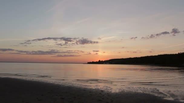 Krásné nebe při západu slunce na pláži