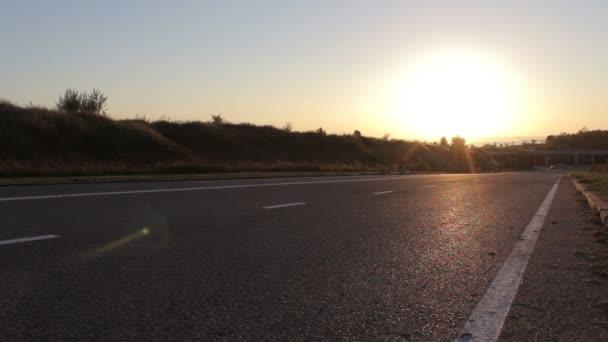 Muž cyklista na kole ve slunečný den na silnici