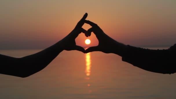 Kéz, hogy szív a naplemente