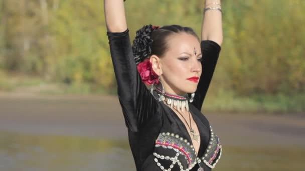 schönes Mädchen tanzt exotischen Tanz mit Trommler