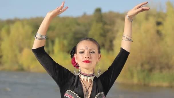 schöne Mädchen tanzen exotischen Tanz auf der Natur