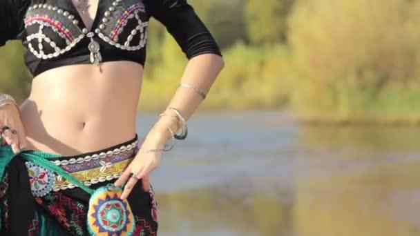 schöne Mädchen tanzen exotischen Tanz am Strand