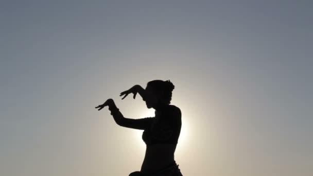 Silhouette Mädchen tanzt exotischen Tanz