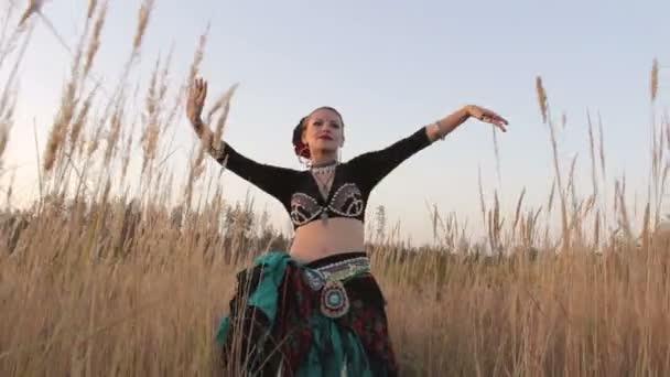 Beautiful exotic girl dancers foto 748