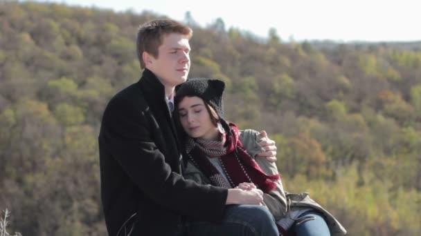 V horách, užívat si života a líbání pár