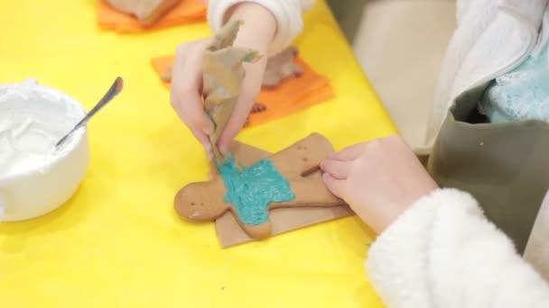 Közelkép a gyerek díszítő mézeskalács sütik