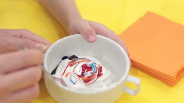 Keverése színes élelmiszer festéket a máz