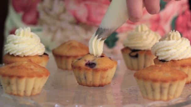 Šlehačka krém polevou pro berry košíčky