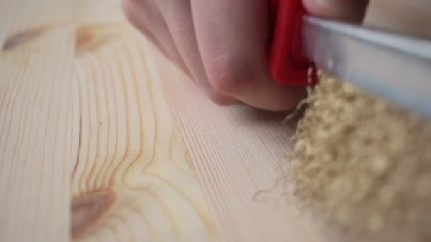 Ruka držící ocelový kartáč kartáč dřevo detail